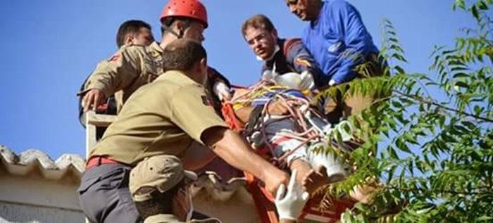 Vítima sendo socorrida pelo SAMU e bombeiros (foto: reprodução/WhatsApp)