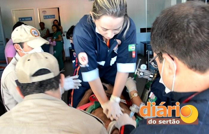 Samu realizando procedimento de reanimação da vítima (foto: Charley Garrido)