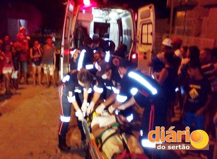 Equipe do SAMU realizando resgate das vítimas (foto: Diário do Sertão)