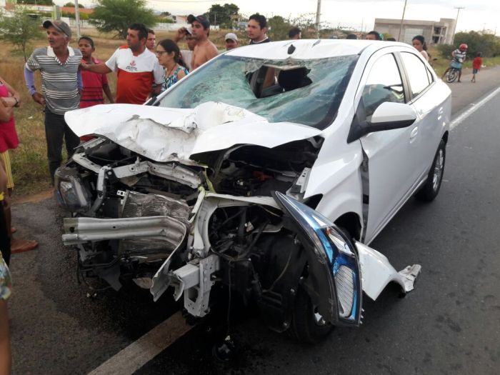 Carro envolvido no acidente ficou parcialmente destruído (Foto: Sertão Informado)