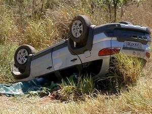 Carro capotou após motorista ser baleado e perder o controle (Foto: Reprodução/TV Anhanguera)