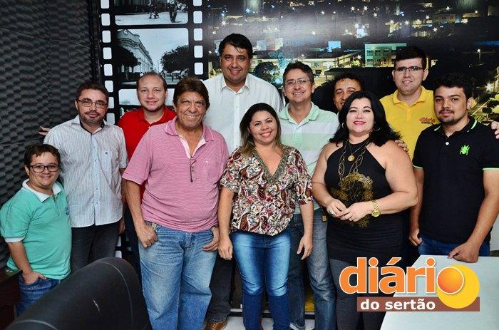 Equipe da Rádio Líder FM e Diário do Sertão após entrevista com o prefeito André Gadelha (foto: Samy Play)