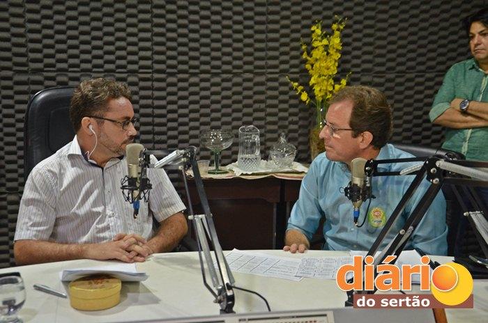 Radialista Levi Dantas entrevistou o candidato da oposição, Fábio Tyrone (foto: Charley Garrido)