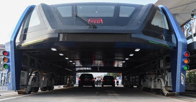 China é um país recheado de inovações para facilitar o dia a dia das pessoas. Imagens mostram que país finaliza construção de ônibus que trafega sobre carros. Foto: Bored Panda