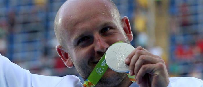 Atleta ganhou medalha de prata e anunciou leilão no Facebook