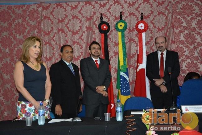 Siro Darlan ao lado da esposa e do ex-prefeito de Cajazeiras, Carlos Antônio. À direita, o deputado Jeová Campos