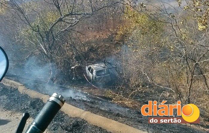 Veículo ficou carbonizado após acidente (foto: Diário do Sertão)