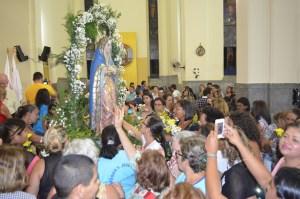 Imagem de Nossa Senhora da Piedade, padroeira de Cajazeiras, cercada por fiéis na Catedral