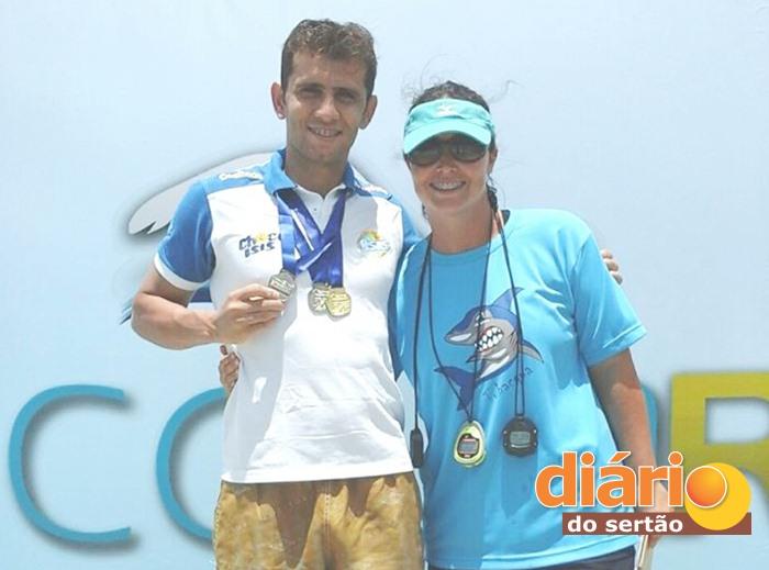 Nadador sousense ao lado da treinadora Valéria Jonsson (foto: assessoria)