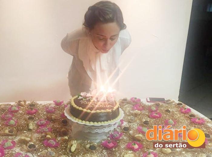 Médica Natália Guedes foi surpreendida com festa de aniversário (foto: reprodução/Facebook)