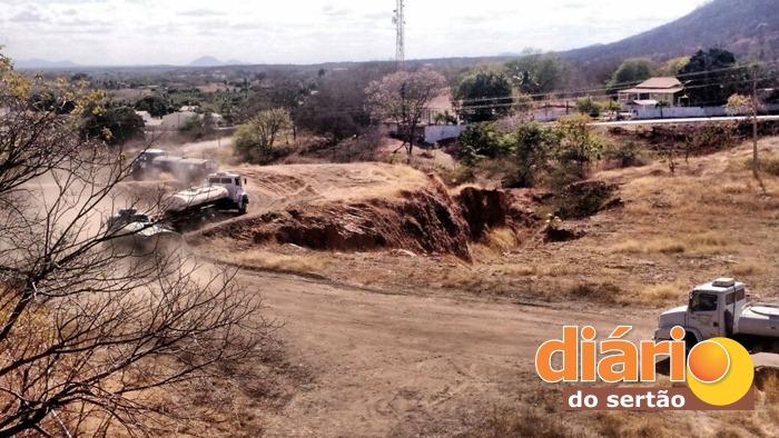 Caminhões pipa captam água do açude de São Gonçalo (foto: reprodução/Whatsapp)