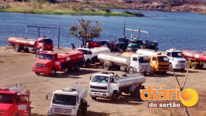 Caminhões pipa captando água do açude (foto: reprodução/Whatsapp)