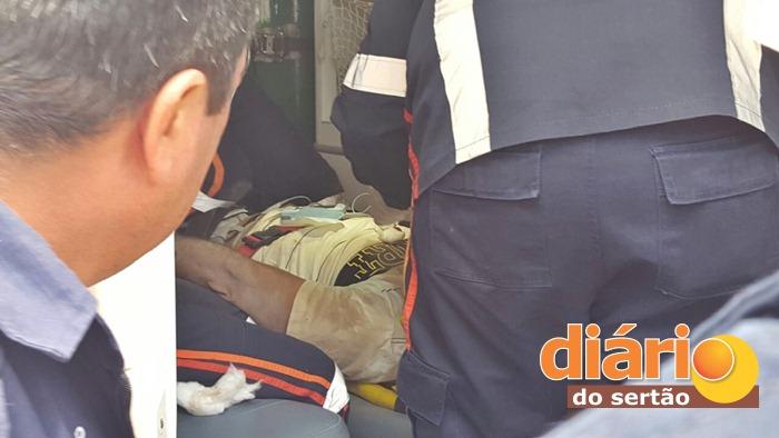 SAMU realizando atendimento no local do acidente (foto: João Fábio)