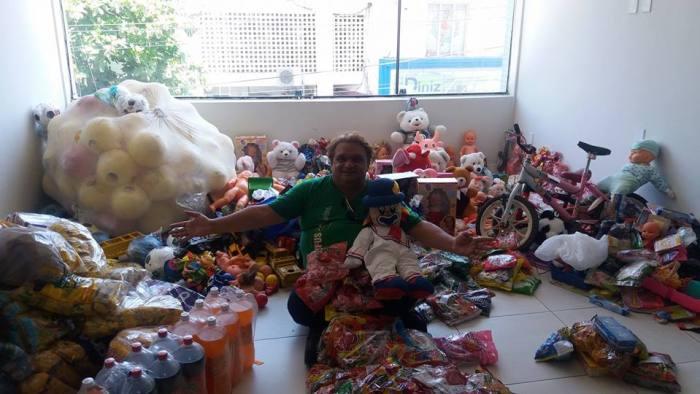 Radialista Junior Soares arrecadou vários brinquedos para fazer doação para criança da região de Cajazeiras