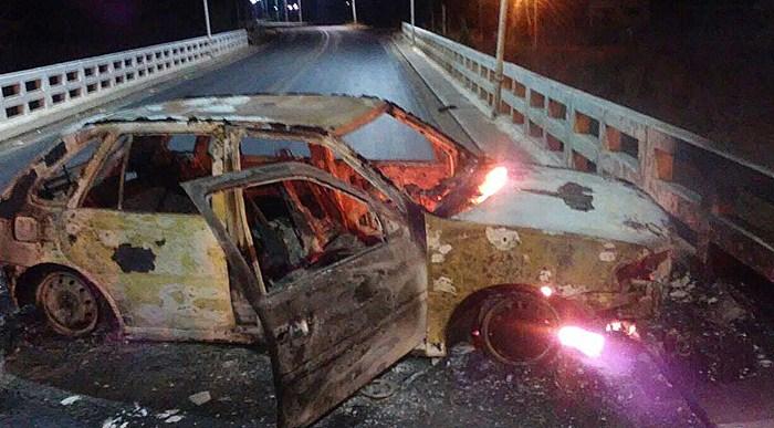Bandidos incendiaram carro durante a fuga (foto: reprodução/Whatsapp)