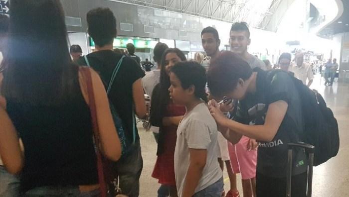 Yang autografa camisa de fã na chegada da INTZ em Fortaleza para o Desafio Invocadores (Foto: Chandy Teixeira)