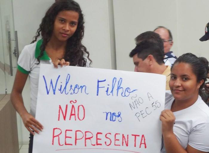 """Estudante com cartaz com a seguinte frase: """"Wilson Filho não me representa"""" (foto: reprodução/Facebook)"""