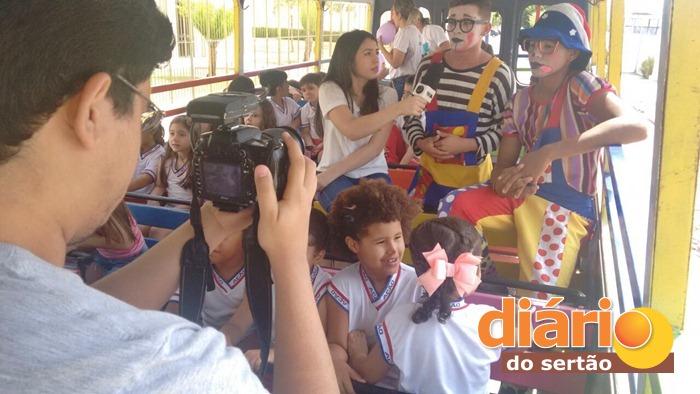 Palhaços alegraram crianças no Trem da Alegria em Sousa (foto: Charley Garrido)