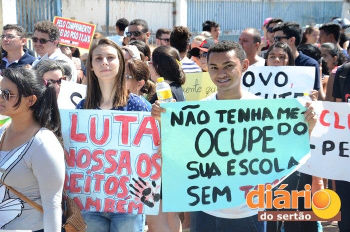 Estudantes protestaram contra a PEC 55 em Sousa (Foto: Leivas Henrique)