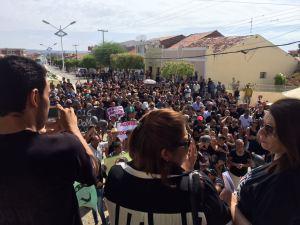 Multidão se concentra em frente ao palco no Centro de Bonito de Santa Fé (Foto: Fred Lacerda)