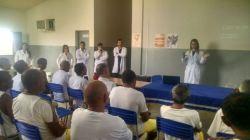 Equipe de saúde palestrando para os detentos