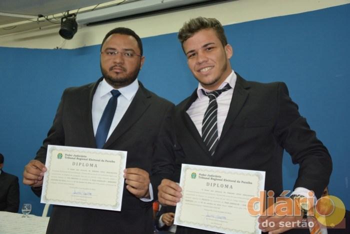 Vice-prefeito e filho do prefeito de Poço Dantas (à esq.) recebem diplomas