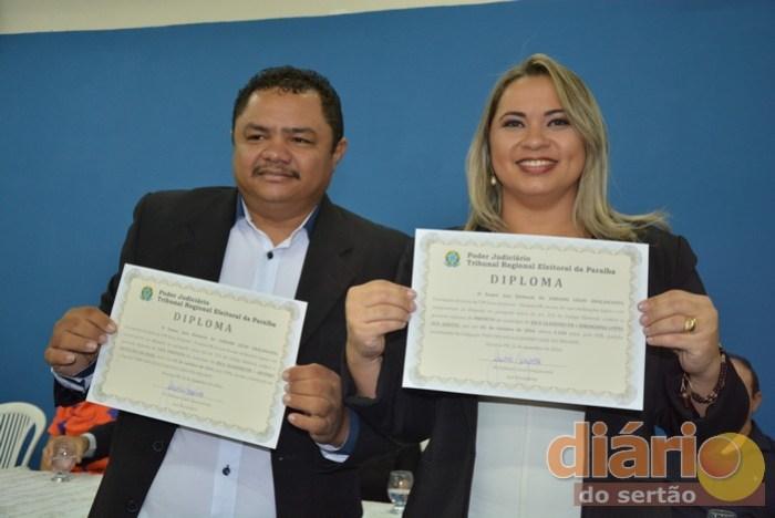 Prefeita e vice de Joca Claudino com diplomas