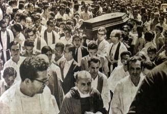 Dom Heldêr durante o cortejo fúnebre silencioso de uma vítima da ditadura militar