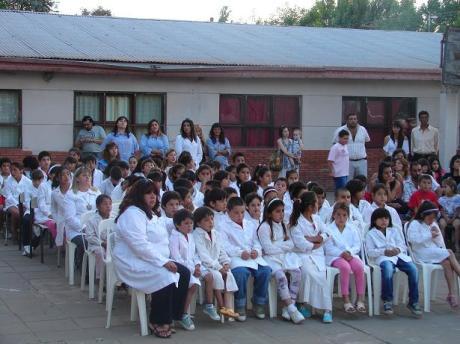 Docentes y alumnos del Establecimiento durante el acto