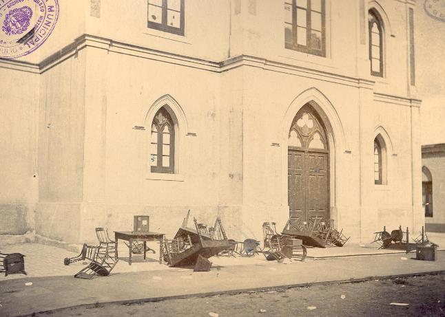 El atrio de la Parroquia (Hoy Catedral). La imagen muestra el estado en quedó el lugar luego de las elecciones violentas de 1899
