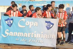 copa-Atletico recibiendo su trofeo