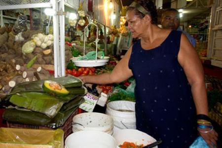 """La Gobernación del estado Miranda puso a disposición de los compradores todo el arsenal de ingredientes de """"El hallacazo"""" durante un operativo en el Mercado Plaza"""
