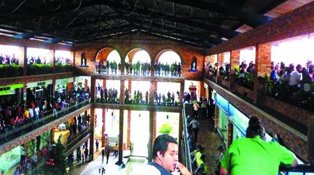 Tras el anuncio de que la tienda JVG vendería con un descuento del 60 %, más de 200 personas hicieron cola en las inmediaciones de la tienda.