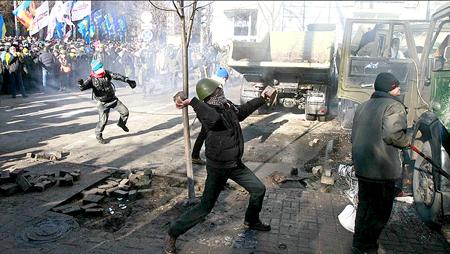 Los disturbios en Ucrania comenzaron tres meses atrás cuando Yanukovich abandonó un propuesto pacto comercial con la UE