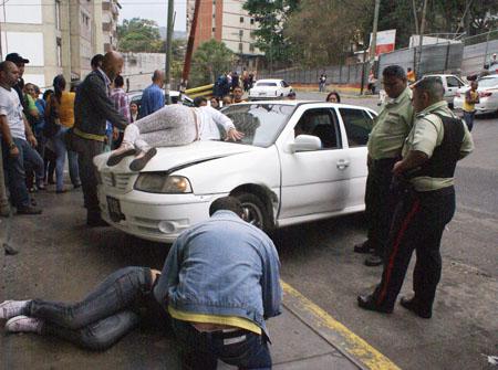 Dos mujeres resultaron heridas luego a que un vehículo que se encontraba estacionado en las adyacencias del sector Puente Castro de la capital mirandina sufriera una falla y las impactara.