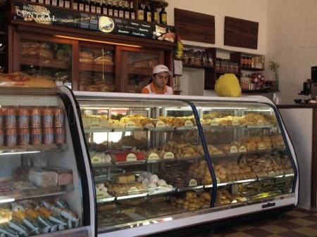 Recorrer de 4 a 5 panaderías para comprar el pan salido del horno es una tarea difícil para los tequeños. ARCHIVO