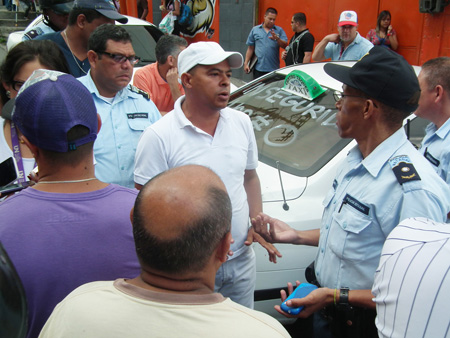 Taxista exigen seguridad y trancan la calle