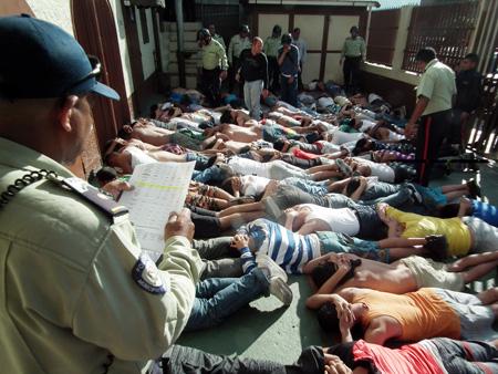 El motín activó los protocolos de seguridad, entre ellos el desalojo de las instalaciones y una minuciosa requisa, disipando cualquier posibilidad de disturbios.