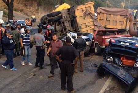 El fuerte siniestro ocurrido en horas de la tarde de ayer en el que se involucraron al menos ocho vehículos, en mayoría con perdida total, causó un fuerte retraso vehicular en la carretera Panamericana.