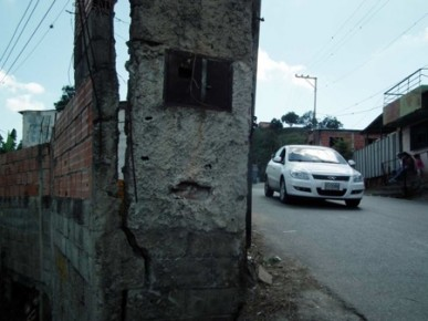 El muro se ha deteriorada y en caso de caerse, podría impedir el paso de carros por el callejón