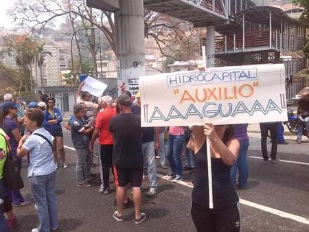 Dos horas después que comenzó la protesta llegaron al  lugar  efectivos de la GNB y de la Policía Nacional Bolivariana (PNB), quienes mediaron con los vecinos afectados para reabrir el paso vehicular.