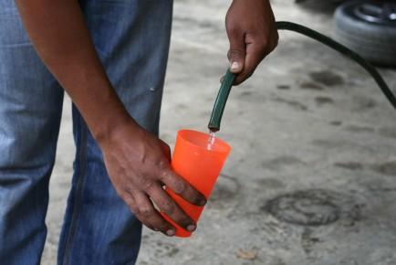 Vecinos se ven afectados por el agua contaminada