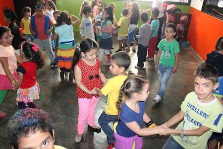 """Los estudiantes de preescolar bailaron en su """"día de locura"""""""