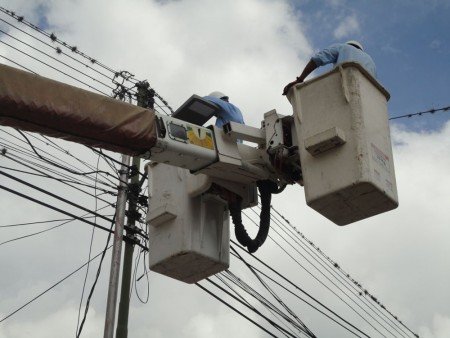 Continua la instalación de lámparas nuevas en las principales calles de Altos Mirandinos.