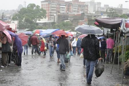 Con paraguas en mano salieron a hacer las compras dominicales