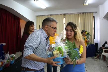 Alcalde Fernández entregando canastillas a madres beneficiadas