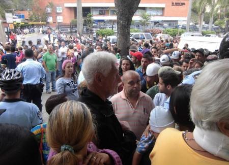 Una multitud se aglomeró a las puertas del supermercado Pimenta en Los Nuevos Teques. ARCHIVO
