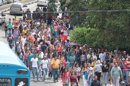 Las colas cada día se hacen más largas en las afueras de los comercios altomirandinos