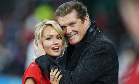 """El actor conocido por su papel en """"Baywatch"""", el estadounidense David Hasselhoff, ha anunciado su compromiso de boda con su pareja, Hayley Roberts."""