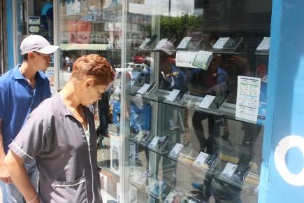 Las ventas de telefonía móvil han disminuido notablemente; los usuarios se limitan a solo ver los equipos en las vitrinas